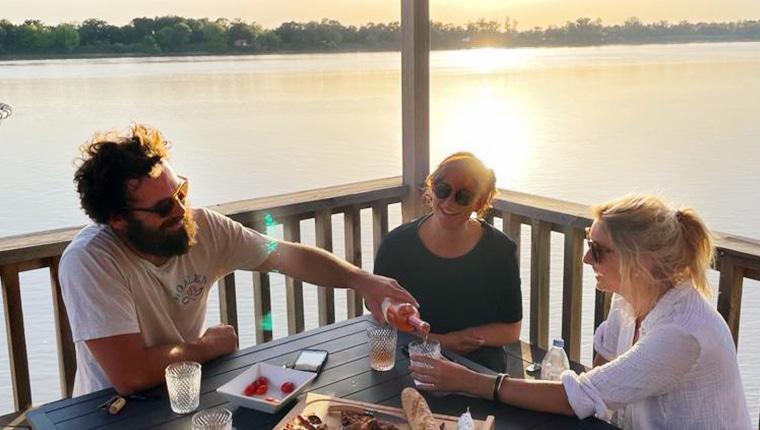 Dîner entre amis sur un carrelet avec Bordeaux Be Boat